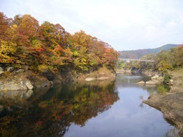 水面に紅葉が映えるさまが美しい