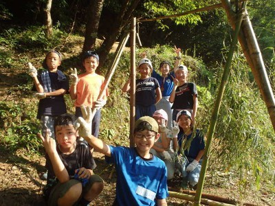 ヤックス自然学校「第44回サマーキャンプ:とことん森のひみつ基地作り」