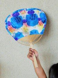 折り染め和紙でうちわづくり(夏休みワークショップ8・9)
