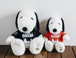 「The FINAL」ロゴT シャツを着たスヌーピーのぬいぐるみ(M4000円/L7000円)