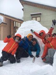 雪を楽しむイグルー作り