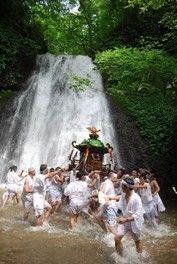 白瀑神社例大祭「みこしの滝浴び」