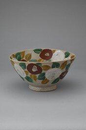紅白の椿が鮮やかに描かれた「椿鉢」