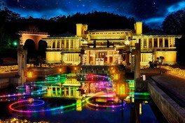 旧帝国ホテルが七色の光で彩られる