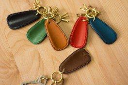 革と糸の色を選んで作る 革の靴べらキーホルダーづくり