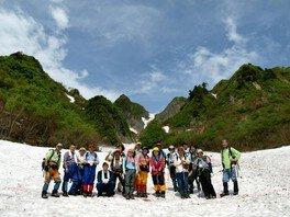 おやじテレマーカーズと登る残雪と花咲き乱れる雨飾登山