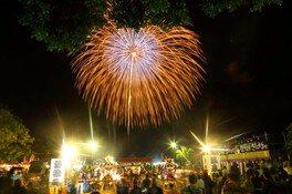 歴史あるお祭りを花火がより一層盛り上げる