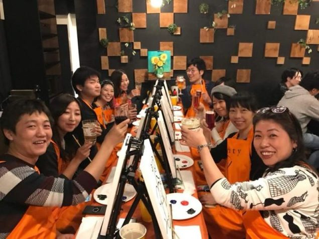 お酒を飲みながら絵を描く、渋谷ペイントパーティー(4月)