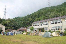 木造校舎の広ーいお庭でキャンプ!