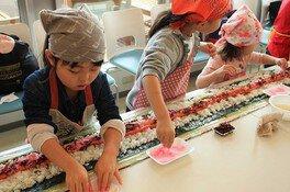 親子みんなで作ろうジャンボ巻き寿司に挑戦