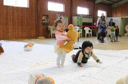 成田ゆめ牧場 赤ちゃんヨチヨチ歩き競争(6月)