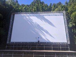 大型のスクリーンを設置して森の中を映画館に変身させる