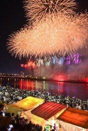 大分川の河川敷から6000発以上の花火が次々と打ち上がる