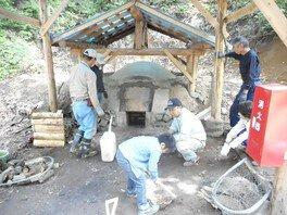 昔ながらの炭窯を使った本格的な炭焼体験