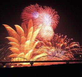 自然の恩恵を受けた、水と緑の街ならではの豪快な花火は迫力十分