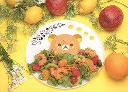 様々なフルーツが入ったサラダからひょっこり顔を出したリラックマがかわいい「リラックマのフルーツサラダ」
