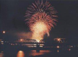 多くの打ち上げ花火が夜空と川面を彩る