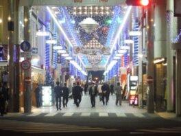 商店街のアーケードは輝くイルミで装飾される