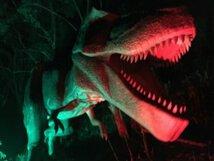 暗闇に突如現る巨大肉食恐竜「ナイトダイナソー」