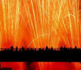 祭りの締めくくりの花火が夜空を照らす