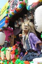 神輿や山車、露店など祭りムード満点