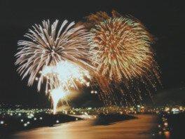 大迫力の8号玉など無数の花火が夜空を彩る