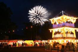 祭りのフィナーレの花火が夜空を美しく照らし出す