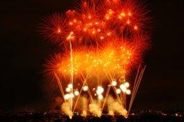 迫力満点の花火に約10万人が訪れる