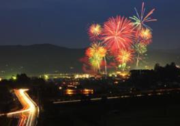 色とりどりの花火が祭りを盛り上げる
