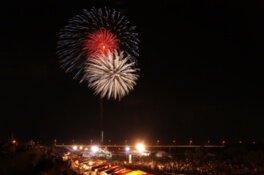 大小さまざまな花火が夜空と水面を彩る