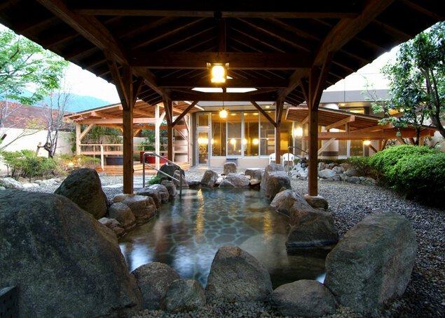 自慢の屋根つき露天風呂は雨が降っても温泉が楽しめる