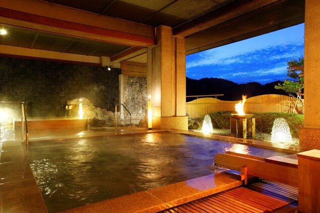 手前にある御影石の露天風呂の奥にはヒバ造りの露天風呂も用意している