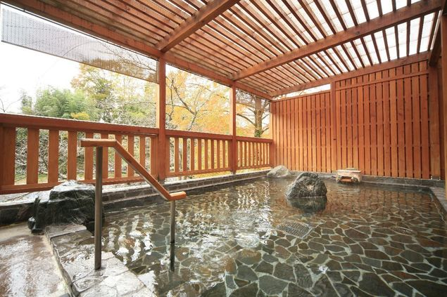 横瀬川の風を感じる露天風呂は春は桜、秋は紅葉の絶景も