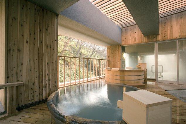 銀杏館7階空中露天風呂でヒノキ造りと信楽焼きの浴槽で源泉かけ流しを