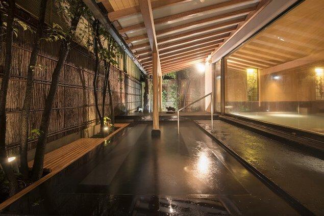 スタイリッシュな露天風呂はIDEEプロデュースの出湯(いでゆ)