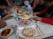 ジビエの燻製などを使った山里特製ピザ作り