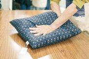 京都の座布団屋で学ぶ。マイ座布団綿入れ体験。
