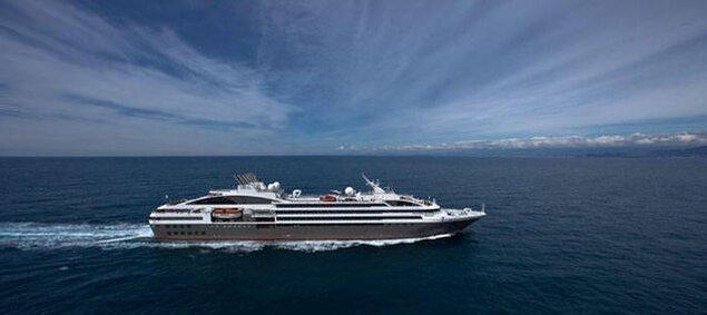 宇野港第一突堤大型客船バース(クルーズポートウノ)入港「ロストラル」