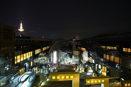 京都駅ビル 大空広場の夜景