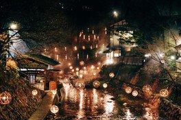 大小さまざまなあかりが灯る中、夜の散歩を楽しめる