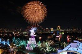 花火とイルミネーションの競演も楽しめる(画像は2018年の様子)