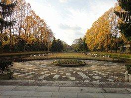秋の「沈床園」を正門より眺める