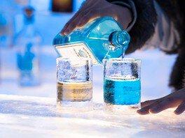 氷のバーカウンターと氷のグラスでお酒をたしなむ「氷のBar」