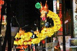 春節ならではの赤い提灯やイルミネーションが連なる中華街